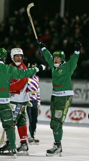 Mars 2006. Englund, känd för att vara en stark skytt, har precis skjutit 1–0 till Hammarby mot Västerås SK i första semifinalen. I bild skymtar även forne skyttekungen Michael Carlsson. Bild: Mark Earthy