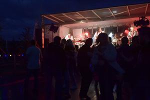 Larz-Kristerz på en klassisk liten utedansbana, där några dansanta
