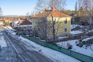 30-tals villa i eftertraktat område i Falun. Just nu inredd med två lägenheter men möjlighet finns till fler lägenheter eller ensamt boende. Foto: Mikael Tengnér/Länsförsäkringar fastighetsförmedling
