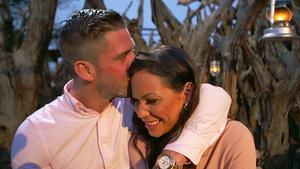 Simon och Isabella Larka, som han valde bort i sista stund, men som han nu har börjat träffa igen. Foto: TV4
