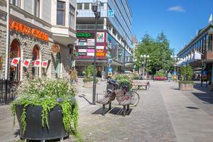Möblering med bänkar, cykelställ och blomkrukor är en del i förvandlingen. Här på förlängningen av gågatan är markbeläggningen ny, men på