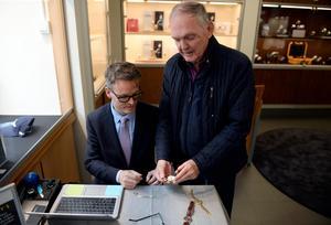 Kjell Bergström får sina klockor värderade.