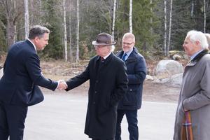 Apoteas vd Pär Svärdson tar emot kung Carl XVI Gustaf utanför Apotea. I bakgrunden står Henrik Lindley och till höger står Anders Wall.