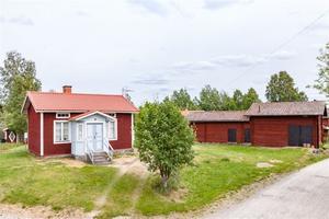 Fritidshus med två sovrum i bostadshuset samt en sovstuga. Vatten från egen brunn. Foto: Christofer Cederberg/Husfoto
