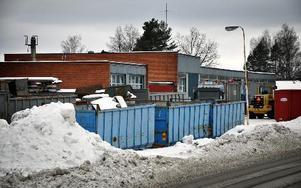 """Vad är en container? Ägaren till skrotfirman Boo Hammar menar att det inte är containrar på upplagsplatsen utan """"lastväxlarflak"""", vilket han nu vill fortsätta diskutera.FOTO: CHRISTER NYMAN"""