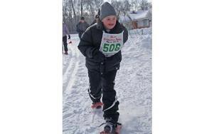 Christian Hartikainen är van med snöskorna och springer lätt. Med den här metoden har han lärt sig att räkna. I torsdags lärde han om djur.FOTO: PER EKLUND