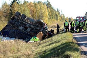 OMKOM. Vid 13-tiden på torsdagen körde en lastbilschaufför ned i diket på vägen från Gatmot. Mannen omkom vid olyckan.