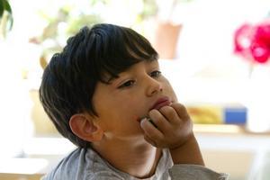 FUNDERAR. Sepeher Paknejad är förväntansfull inför skolan. Han vill gärna leka, men också lära sig saker och är medveten om att skola så småningom innebär läxor.
