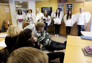 Vid detta tillfälle var båda änglagrupperna samlade. Från vänster Julia Bergwaahl, Molly Andersson, Karin Regnander, Lovisa Pettersson, Madeleine Olsson, Ronja Widehammar och Gabriel Hamlin.