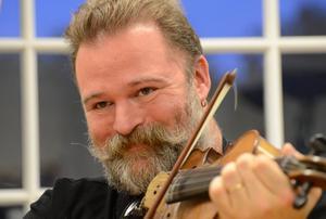 Vi spelar allt mellan himmel och jord, men tar också vara på traktens musiktraditioner, säger Mats Lindström.