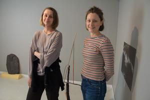 Moa Gustafsson och Jenny Käll träffades på Konsthögskolan i Umeå. Utställningen har växt fram i dialog mellan deras kreativiteter.