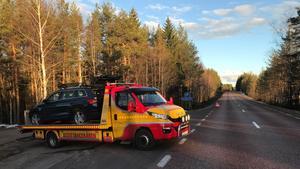 Bilen som bärgas här var krockad både framifrån och bakifrån. Olyckan ska enligt bärgaren ha skett när en av bilarna skulle svänga in på rastplatsen.