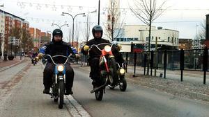 Här bränner mopederna fram genom centrala Borlänge. Foto: Jan Dalevall