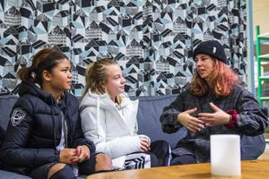 Rebecka Johansson går igenom den dramatiska scenen på Circle K för skådespelarna Syrena Johansson och Tuva Bodin.