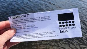 Om du har turen att hitta  en av de 30 flaskposter som Riksteatern Falun har släppt i Runn, finner du denna dubbelbiljett i flaskan. FOTO: Erik Augustin Palm