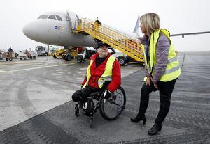 Tiina Rönnberg från SAS huvudkontor i Stockholm tyckte att det var roligt att få träffa Ambjörn och prata om flygplanet som ska få hans namn.
