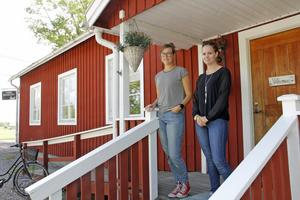 Sofia Larsson, här till vänster tillsammans med föreningens ordförande Malin Westholm Eriksson på en bild från förra året, konstaterar att Bygdegården är i behov av renoveringar på flera punkter.