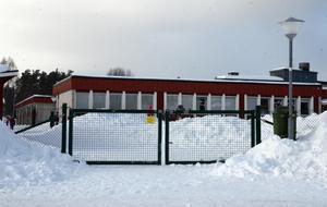 Sedan tidigare har man kört av snön på Parkskolan med snöslunga för att minska riskerna.