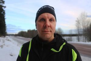 Håkan Flodén körde timmerbilen, som hamnade i diket mot ett träd. Han klarade sig fysiskt, men har fått jobba för att bli hel mentalt. – Det har gått förvånansvärt bra, jag har fått stort stöd av familjen och träffat psykolog, säger han.