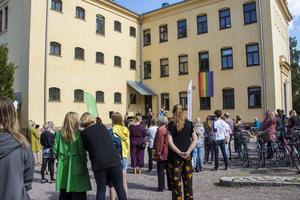 Publiken stod och lyssnade på skönsång inne på Kulturhusets innergård.