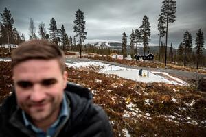 En tomt vid Fjällbäcken som Daniel sålt. I bakgrunden syns ett snöigt Idre Fjäll.
