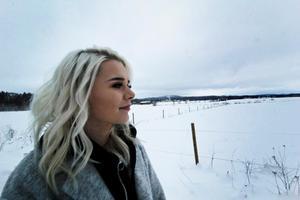 Frida Josefsson växte upp i Grådö utanför Hedemora. Musiken har funnits med henne hela livet och 19 januari släppte hon sin första singel