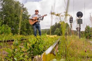Bilden av sig själv som den ensamma gycklaren har förändrats något, numera spelar och sjunger Stefan Ström ofta i duo med Gabriella Lindvall.