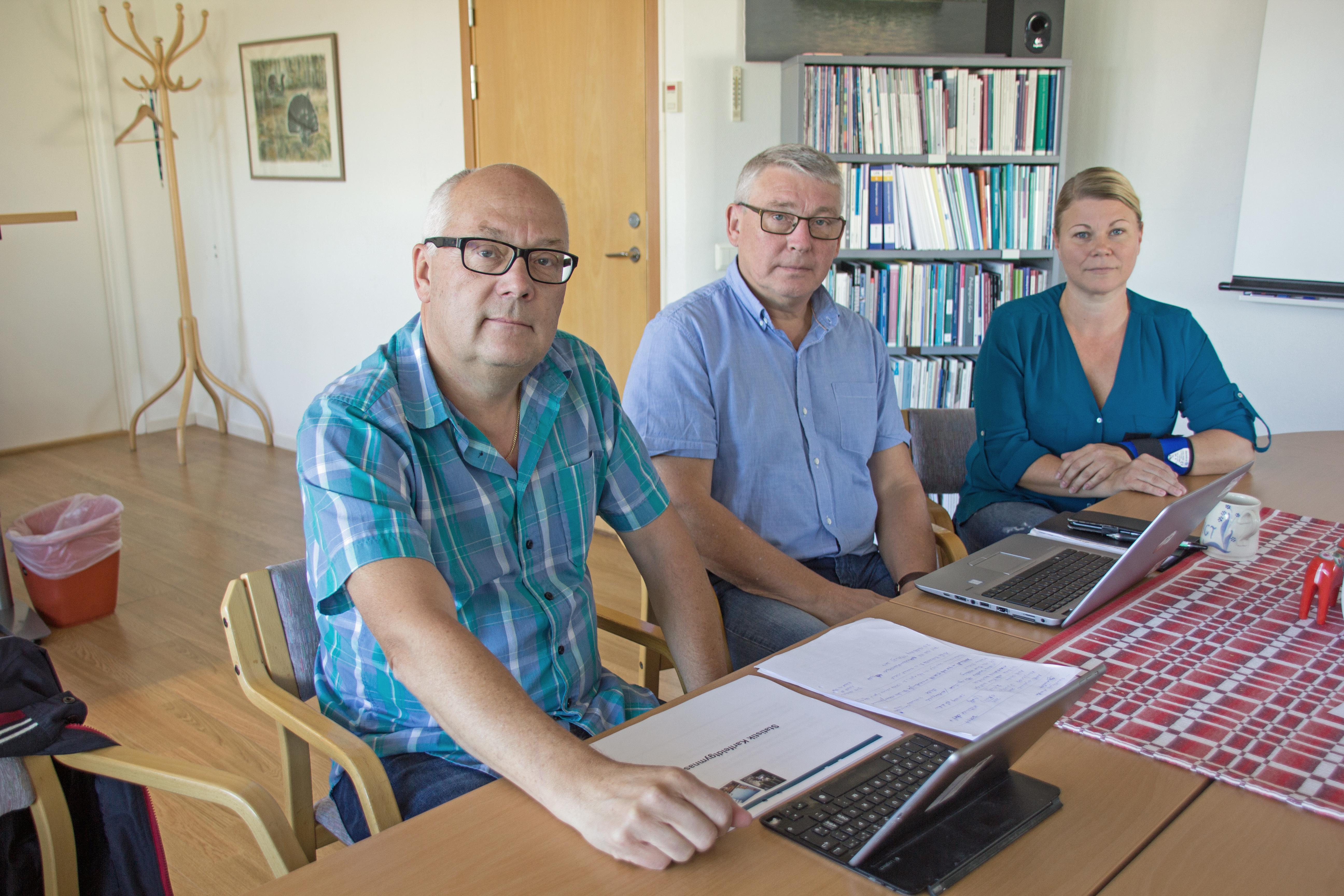 Mikael Westberg (S), enhestchefen för för-/grundskola Bengt Albertsson och Maria Andersson (S) efter september månads sammanträde där de för första gången deklarerade att bildning kommer gå med fem miljoner i underskott i år.