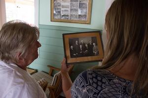 Gunnel Hedlund och Carin Ahlbäck tittar på bilder från klubbens tidigare styrelse.
