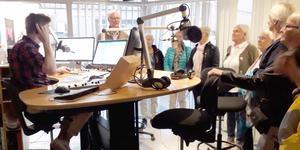På bilden är Lars Swan i full färd med att intervjua en lyssnare medan besöksgruppen från SPF Skinnarbygd intresserat ser på.