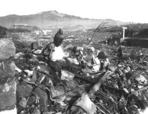 Kulturförödelse. En eldhärjad religiös figur står ensam där arombombens eld dragit fram i Nagasaki den 9 augusti 1945. Foto: AP