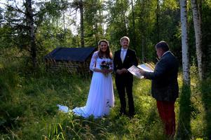 Vigseln ägde rum bland lövträd och granar vid en fäbodvall uppe i östra Gissjö. Bild: Johanna Lundkvist.