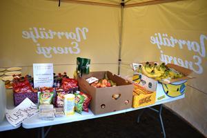 Snacksbordet dignade. Mellanmålen kom dels från sponsorer, dels från löpare som deltog i knytkalas-konceptet.