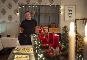 Ulf Steringer på restaurang Grankotten på Norra berget i Sundsvall laddar upp med sill och skinka till årets julbordsgäster.
