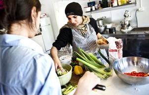 Taban Murtaza och Nida Rind hackar grönsaker till kyckling ruladerna.