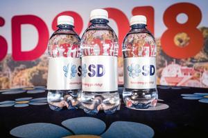 Vattenflaskor med texten