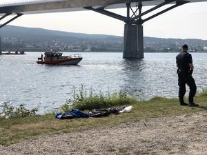 Sjöräddningen kallades till platsen och genomsökte vattnet med båt.