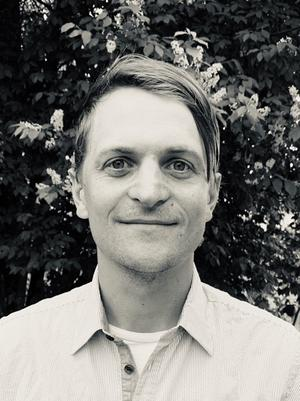"""Wilhelm Sundbom debuterar som författare i med fantasyboken """"Bortrövad – fånge i berget"""". Planer finns även på en kommande serie, men vad den ska handla om vill han inte avslöja."""