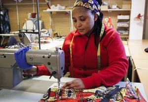 Charlotte Bongerize gör praktik i syateljén på Kraterkraft. Färdigheterna i klädsömnad har hon med sig från hemlandet Kongo-Kinshasa och just nu arbetar hon med att sy färdigt en blus.
