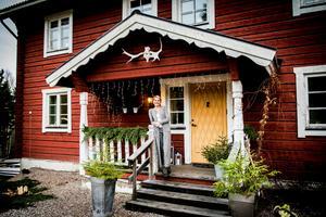 Marléne Rosdahl Eng bor i ett vackert hus i Björköfjärden.  Till jul plockar hon gärna in naturen men pyntar även med ljusslingor och barnens pynt.