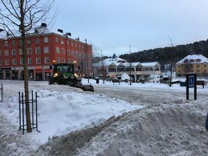 Flera stadsdelar i Södertälje väntar fortfarande på snöröjning. Så här såg det ut på Järnagatan den 30 januari.