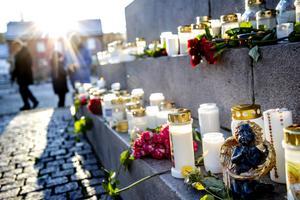 Tända ljus och blommor i Uddevalla för 17-åriga Wilma, som misstänks ha mördats i november av sin 22-årige pojkvän.Foto: Adam Ihse,  TT