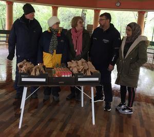 Lasse Wennman från Matakuten, tvåa från höger, tog tacksamt emot överblivna wraps för att dela ut dessa till behövande. Foto: Görel Müller