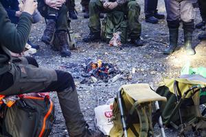 Samling vid elden för lunchstunden.