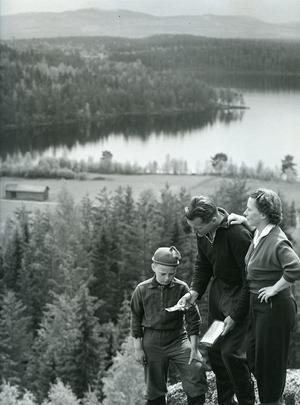 Hilding orienterar med familjen. Fotot togs fram när boken skulle göras.