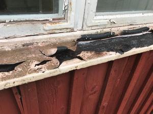 Ett flagnande fönsterbleck.