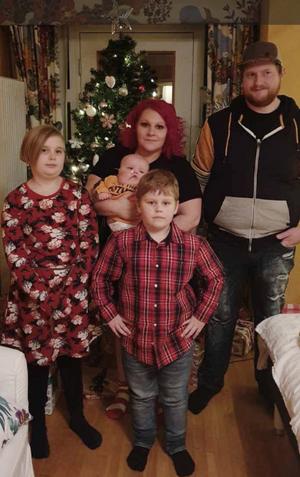 Hela familjen fick vara tillsammans under jul och nyår. Från vänster storasyster Nowa, mamma Isabelle med Walder i famnen, storebror Tamlin och pappa Nicklas.