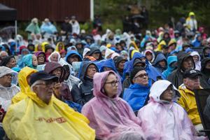 Trots grått väder blev det färgglatt bland publiken.
