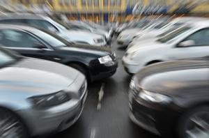 Som det ser ut idag förväntas det syntest som görs i samband med körkortstagandet – ofta i ung ålder – att gälla livet ut. Det kan innebära stor trafikfara. Foto: TT