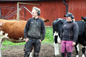 Nathalie Borgman tillsammans med John Wennerholm som jobbar på gården.